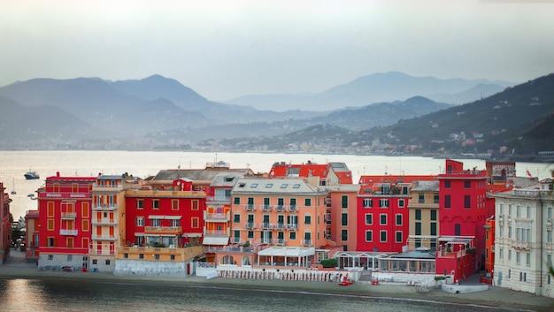 Bela paisagem ao nascer do sol do silêncio baia del silenzio, sestri levante, ligúria, itália Foto Premium