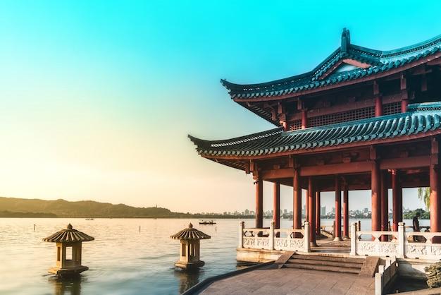 Bela paisagem arquitetônica e paisagem do lago oeste em hangzhou Foto Premium