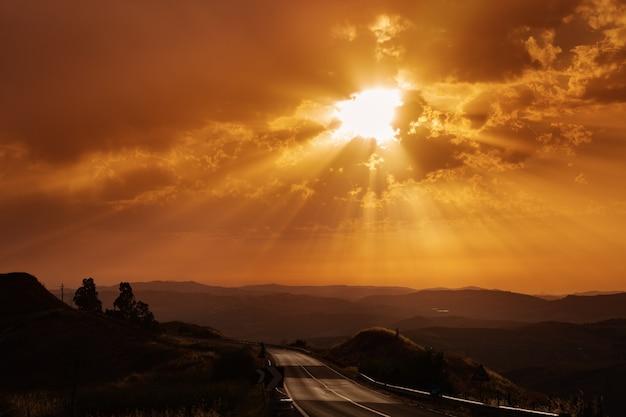 Bela paisagem com sol e colinas Foto Premium