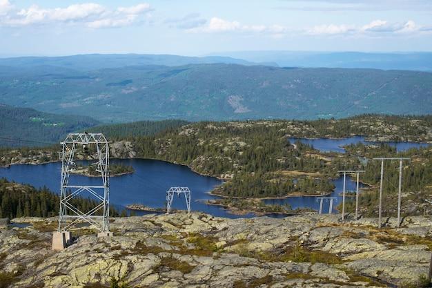 Bela paisagem com um lago rodeado de montanhas na croácia Foto gratuita