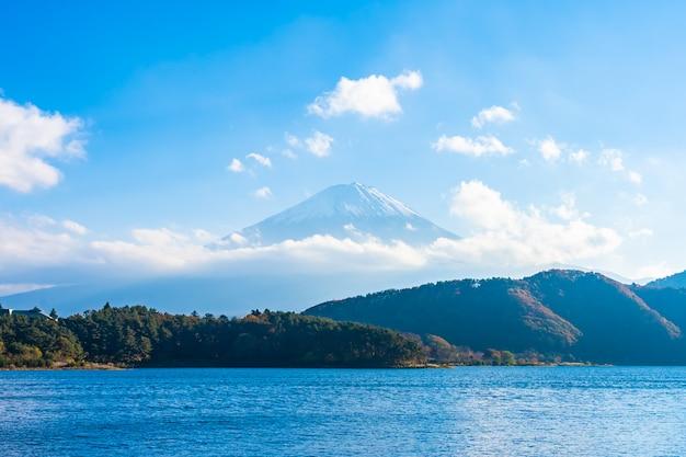 Bela paisagem da montanha fuji com árvore de folhas de bordo ao redor do lago Foto gratuita