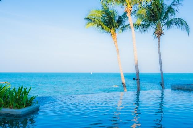 Bela paisagem da piscina ao ar livre no hotel resort Foto gratuita