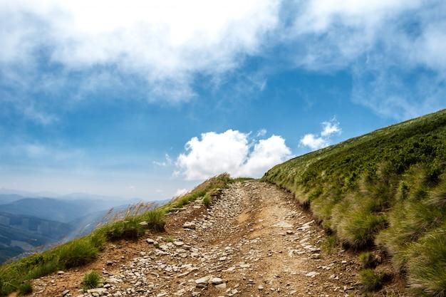 Bela paisagem das montanhas dos cárpatos ucranianos e céu nublado. Foto gratuita
