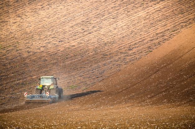 Bela paisagem de outono com trator trabalhando no sul da morávia, república tcheca, Foto Premium
