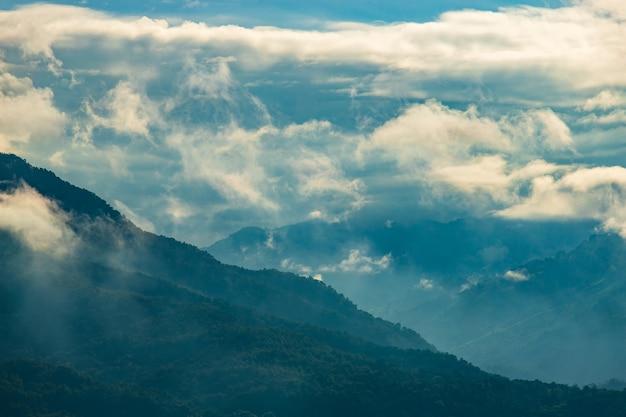 Bela paisagem de verão nas montanhas com o pôr do sol Foto Premium