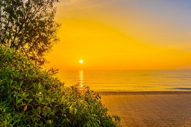 Bela paisagem do mar oceano para viagens de lazer e férias Foto gratuita