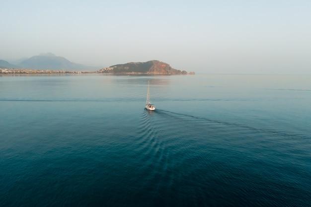 Bela paisagem do mar, veleiro à vela Foto gratuita