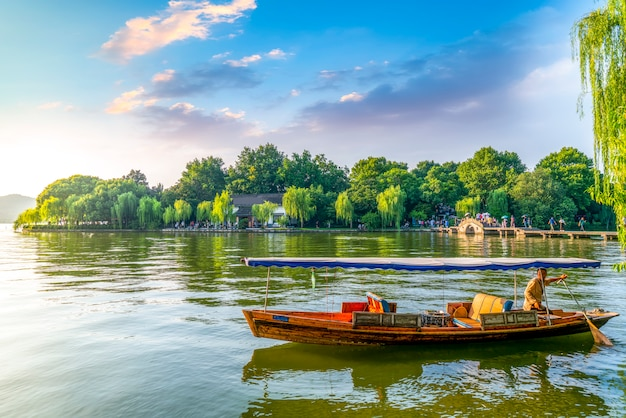 Bela paisagem e paisagem em west lake, hangzhou Foto Premium