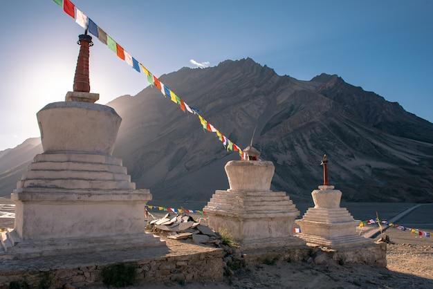 Bela paisagem em rangdum com antigo stupa budista branco Foto Premium