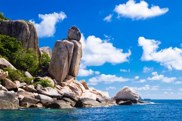 Bela paisagem tropical. costa da ilha de pedra. koh tao é Foto Premium
