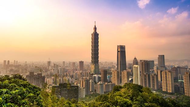 Bela paisagem urbana de taiwan e taipei 101 edifício ao pôr do sol Foto Premium