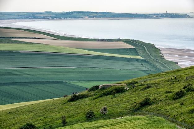 Bela paisagem verde perto do lago na bretanha, frança Foto gratuita