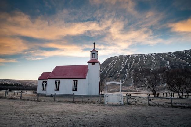 Bela pequena igreja vermelha na islândia Foto Premium