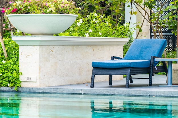 Bela piscina ao ar livre no hotel e resort com cadeira e deck para as férias de lazer Foto gratuita