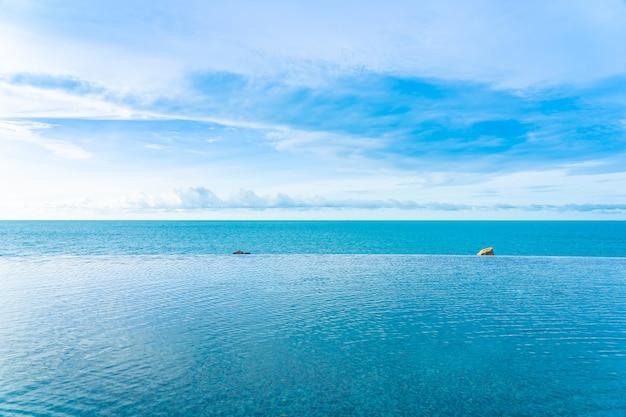 Bela piscina de borda infinita ao ar livre com vista para o mar para o oceano Foto gratuita