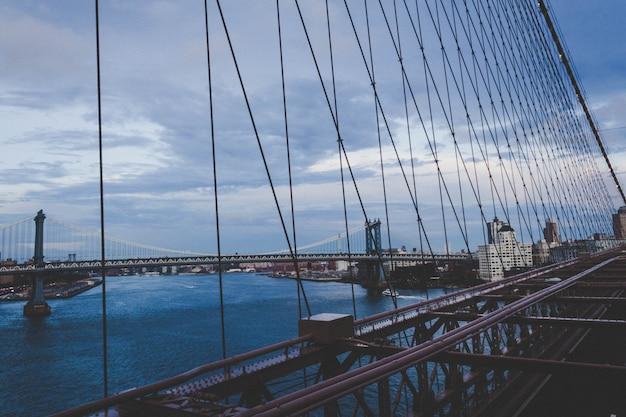 Bela ponte de manhattan com a cidade Foto gratuita