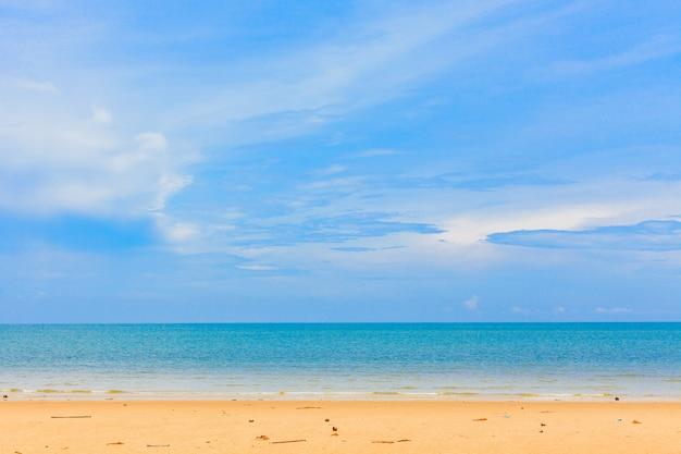 Bela praia de areia e céu azul Foto Premium