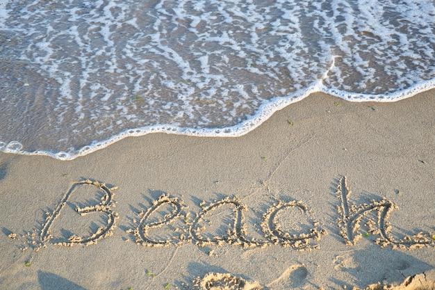 Bela praia de areia e ondas do mar azul suave e praia de texto Foto Premium