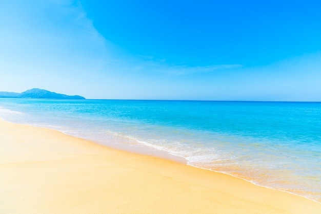 Bela praia e mar Foto gratuita
