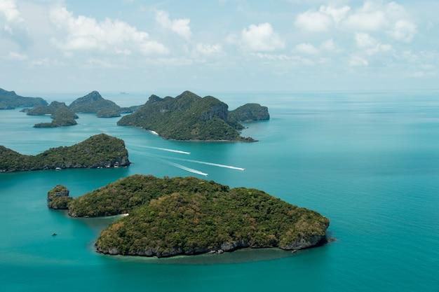 Bela praia no parque nacional ang thong, tailândia Foto Premium