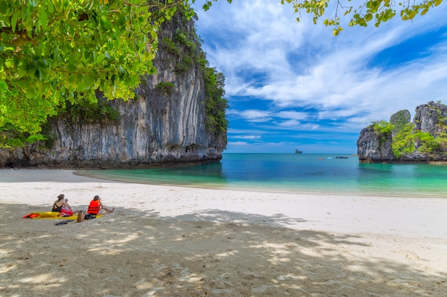 Bela praia tropical e folhagem verde exuberante em uma ilha tropical Foto Premium