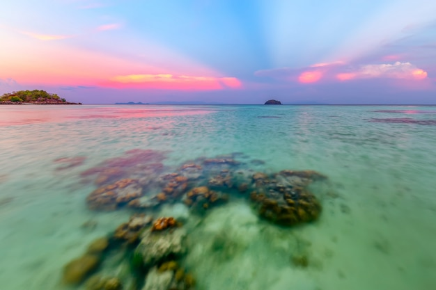 Bela praia tropical na praia do nascer do sol, ilha de koh lipe, satun, tailândia Foto Premium