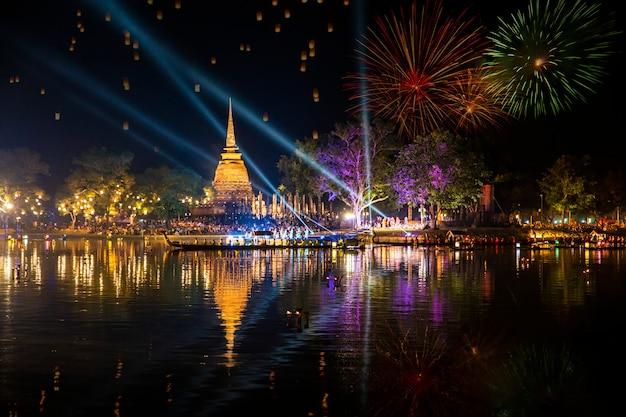 Bela reflexão de fogo de artifício sobre o antigo pagode loy krathong festival Foto Premium