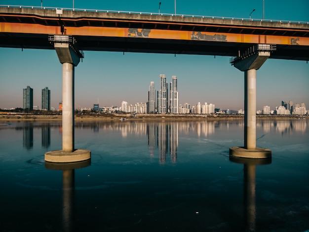 Bela reflexão sobre o rio gelado da cidade de seul Foto Premium