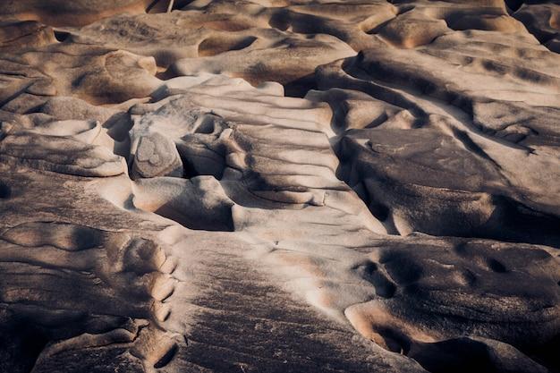 Bela rocha canyon ao lado do rio maekhong Foto Premium