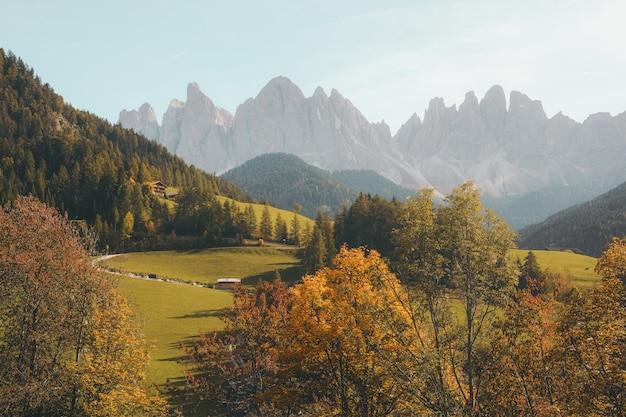 Bela vila em uma colina, rodeada pelas montanhas Foto gratuita