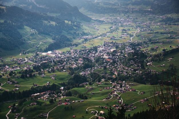 Bela vila entre as montanhas na suíça Foto gratuita