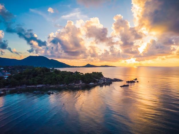 Bela vista aérea da praia e mar ou oceano Foto gratuita