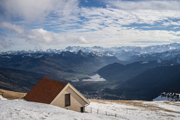 Bela vista da cordilheira rigi em um dia ensolarado de inverno com edifícios de tijolos Foto gratuita