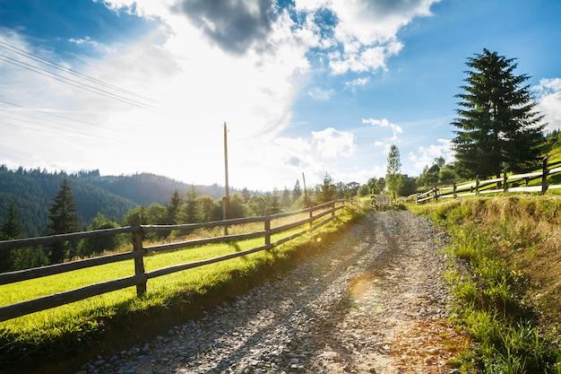 Bela vista da estrada rural. Foto gratuita