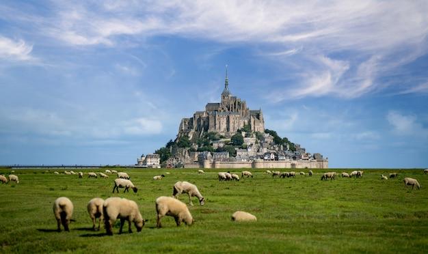 Bela vista da famosa ilha de maré histórica le mont saint-michel Foto Premium