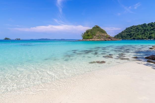Bela vista da praia koh chang ilha seascape na província de trad oriental da tailândia sobre fundo de céu azul Foto gratuita