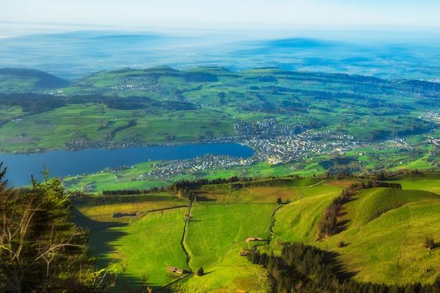 Bela vista das montanhas rigi no lago lucern e vila brunnen Foto Premium