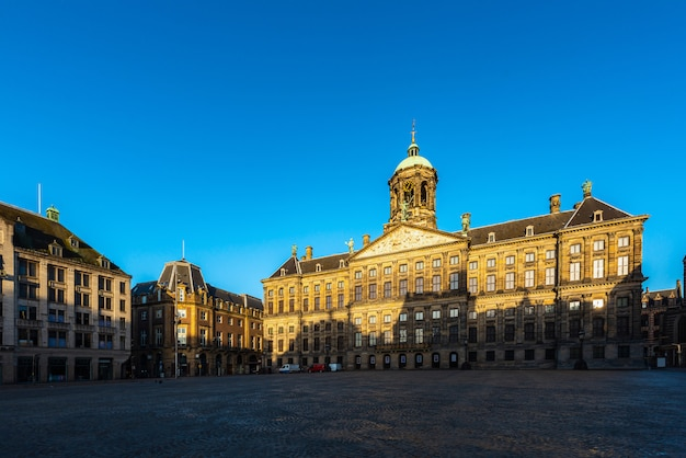 Bela vista de inverno do palácio real na praça dam, em amsterdã, na holanda Foto Premium