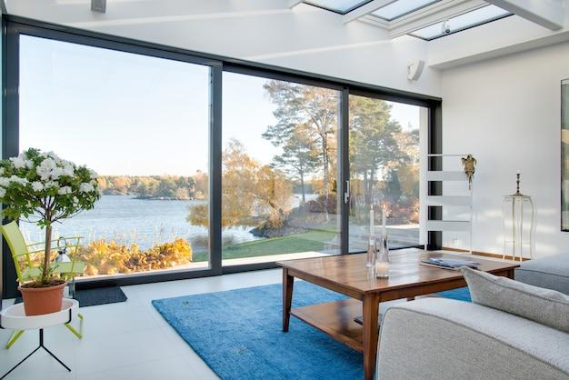 Bela vista de um lago azul capturada do interior de uma villa Foto gratuita