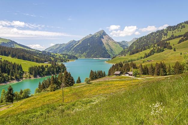 Bela vista de um lago rodeado por montanhas no lago longrin e na represa suíça, swissalps Foto gratuita