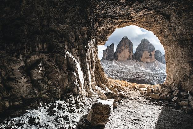 Bela vista de uma caverna com colinas durante o dia Foto gratuita