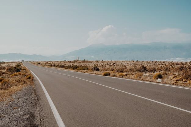 Bela vista de uma estrada com as montanhas incríveis Foto gratuita