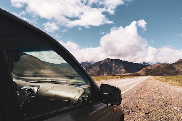 Bela vista do carro no fundo do vale da montanha de altai. paisagem de montanhas altai Foto Premium