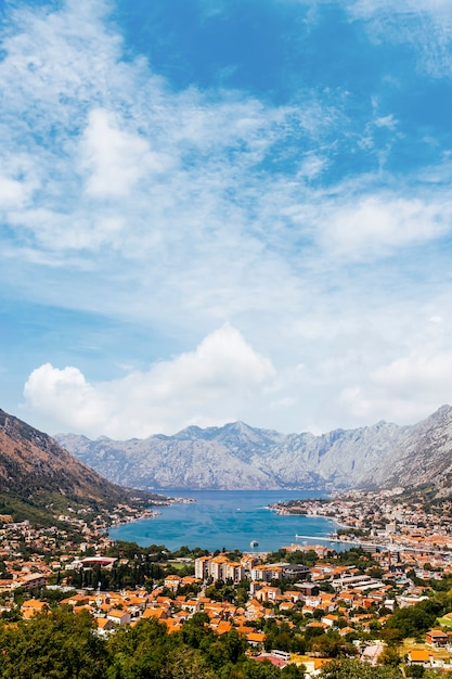 Bela vista do golfo de kotor e kotor city; montenegro Foto gratuita