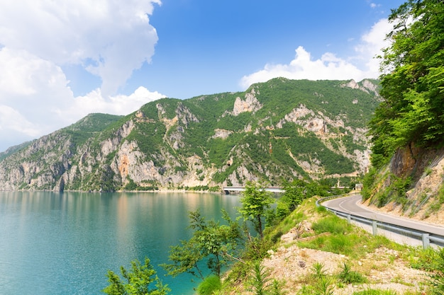 Bela vista do mar azul e das montanhas Foto Premium