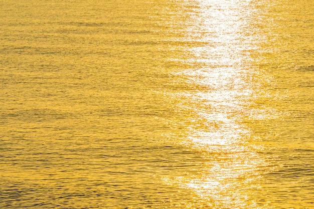 Bela vista do mar da luz do sol na água do mar e oceano Foto gratuita