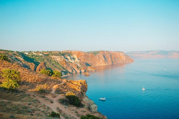 Bela vista do mar. incrível composição da natureza com montanhas e falésias. Foto Premium