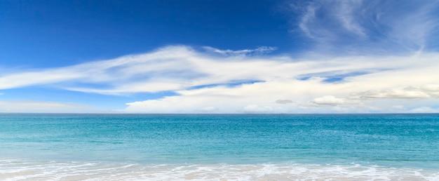 Bela vista do mar, vista do mar e oceano azul com céu azul Foto Premium