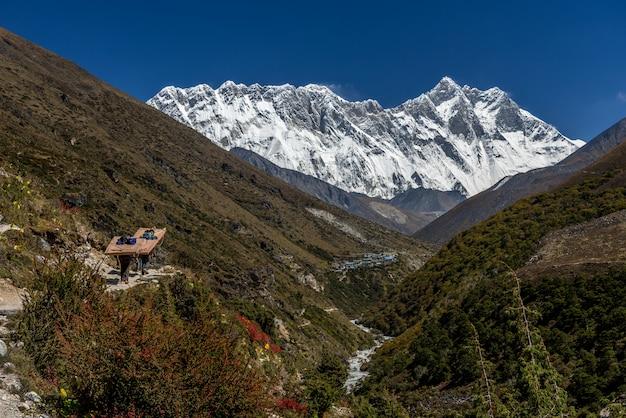 Bela vista do monte ama dablam com lindo céu no caminho para o acampamento base do everest, khu Foto Premium