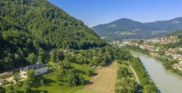 Bela vista do rio drava na eslovênia em um dia ensolarado Foto gratuita